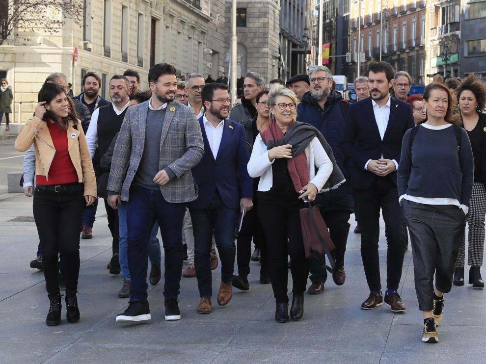 Rufián y otros dirigentes ERC llegan a la reunión en el Congreso.