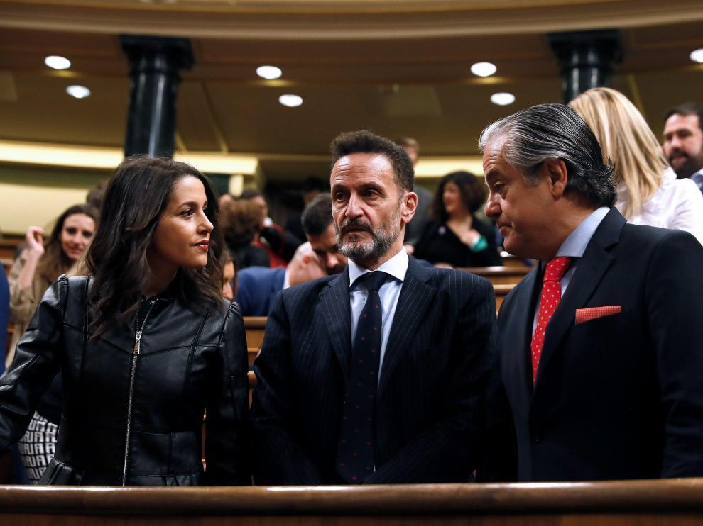 Los diputados Ciudadanos Inés Arrimadas, Edmundo Bal (c) y Marcos de Quinto antes del inicio este martes de la sesión constitutiva de la Cámara Baja.
