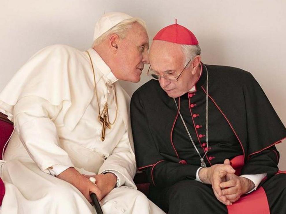 Anthony Hopkins (a la izquierda, como el Papa Benedicto) con Jonathan Pryce (en el papel de Francisco)
