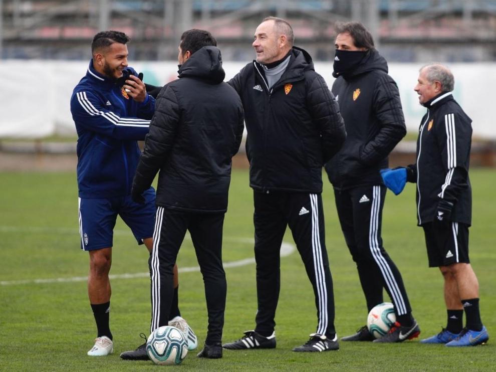 Luis Suárez, entre risas y chanzas, saluda al cuerpo técnico al incorporarse tarde al entrenamiento de este jueves en la Ciudad Deportiva.