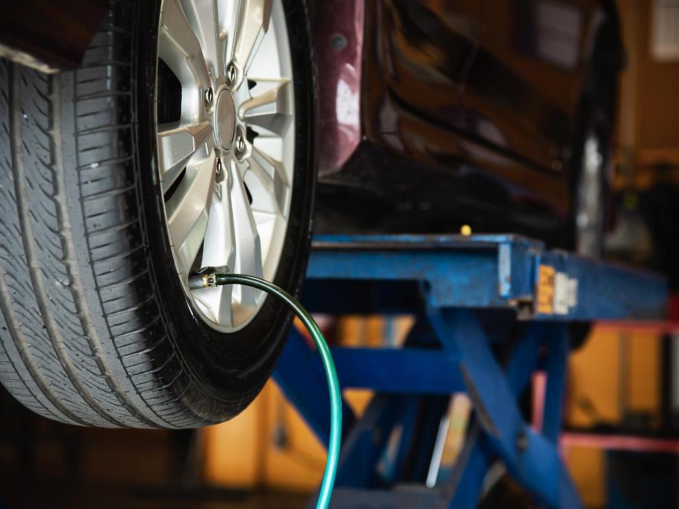 Es importante revisar periódicamente la presión de los neumáticos del vehículo.