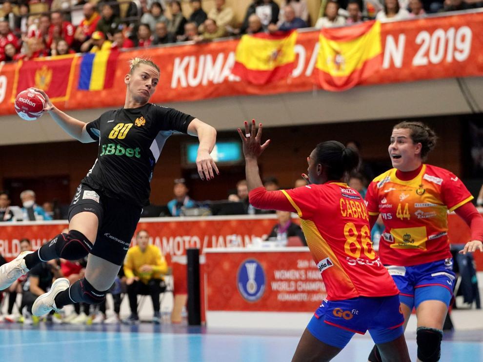 La selección española femenina de balonmano ha logrado una agónica victoria ante Montenegro que le permite pasar invicta a la segunda fase en el Mundial de Japón.