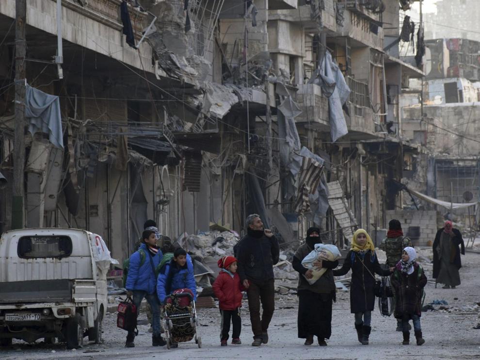 Una familia siria es evacuada de los barrios del este de Alepo en una imagen de 2016.