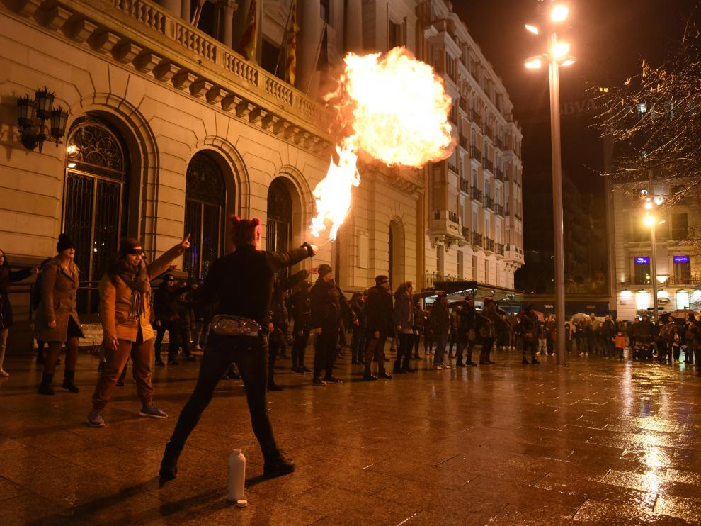 Actuación feminista contra las agresiones sexuales en la plaza de España de Zaragoza.