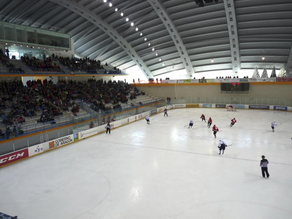 Partido de 'hockey' en la pista de hielo de Jaca.