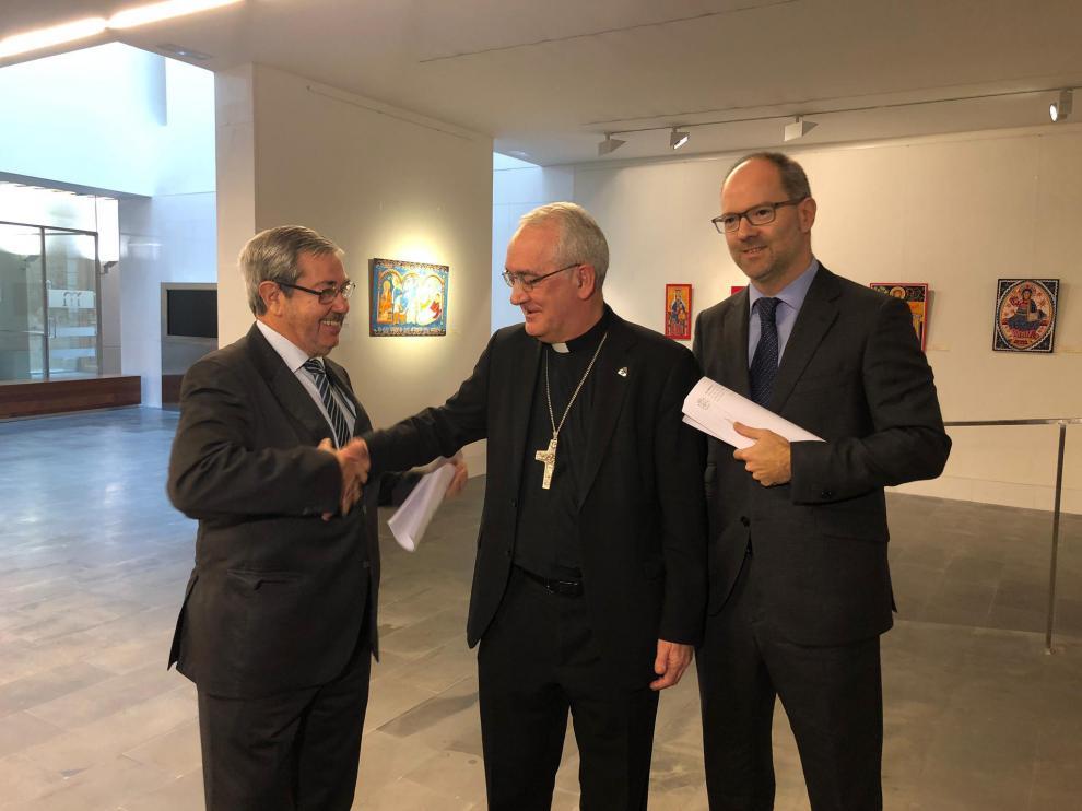 El obispo de Barbastro-Monzón, Ángel Pérez, felicita a los abogados de la causa, Joaquín Guerrero, por parte del Obispado, y Alberto Gimeno, en representación de la DGA
