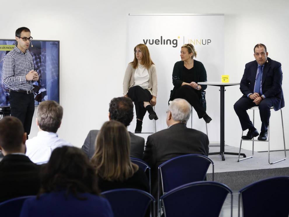 Javier Álvarez, director de IT de Vueling explica los objetivos de la firma delante de la consejera de Economía Marta Gastón y de otros directivos de la aerolínea, Rita Da Silva y Jorge Saco
