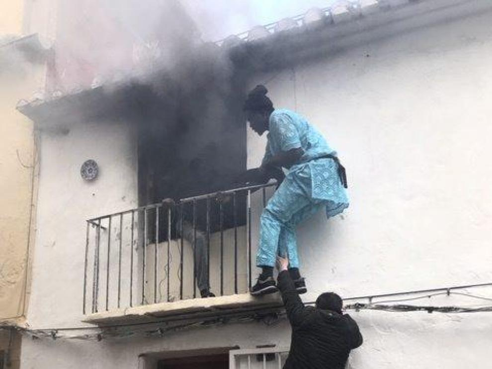 Neighbours save a man from a burning apartment in Denia, Spain December 6, 2019 in this picture obtained from social media. Picture taken December 6, 2019. Roberta Etter/via REUTERS THIS IMAGE HAS BEEN SUPPLIED BY A THIRD PARTY. MANDATORY CREDIT. [[[REUTERS VOCENTO]]]