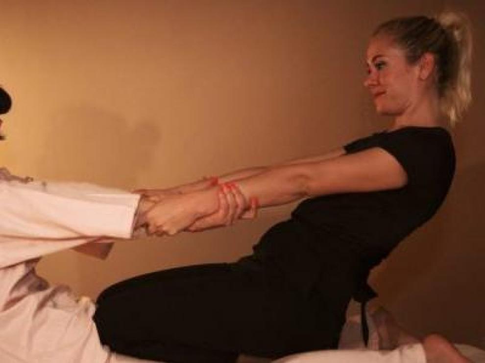 Elena Aroz Zapatero, realizando un masaje tailandés.