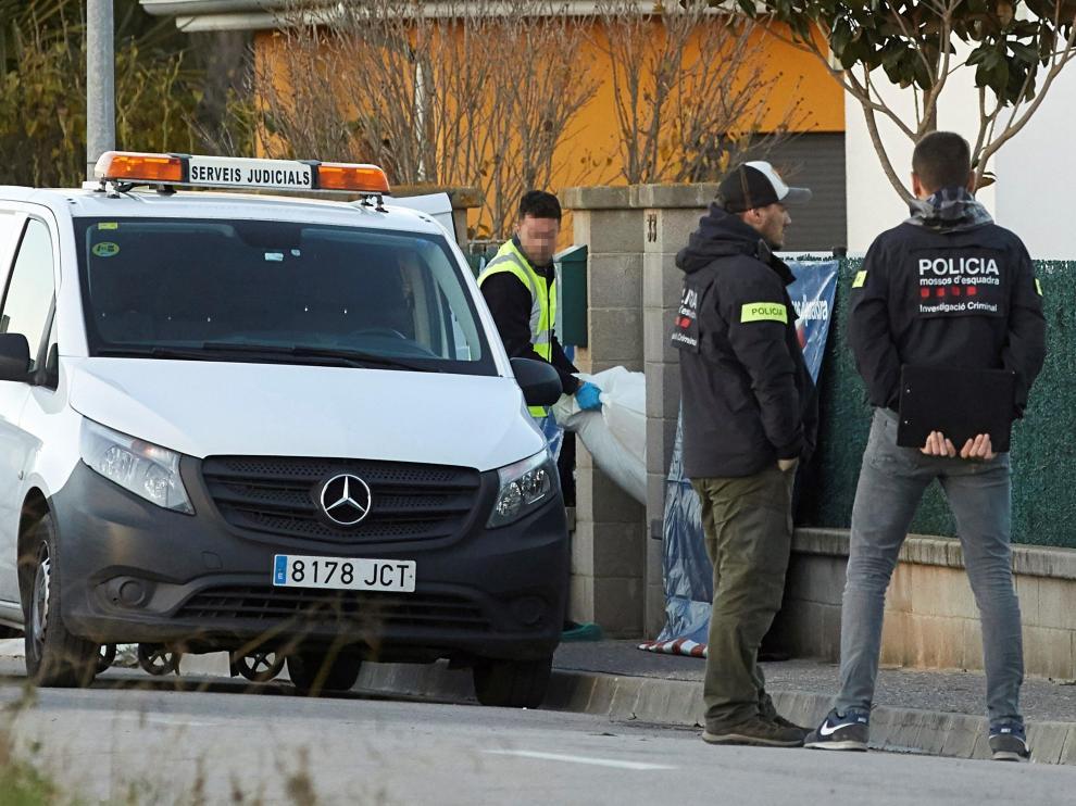 Los servicios de emergencias sacan de la casa el cadáver de una de las menores.