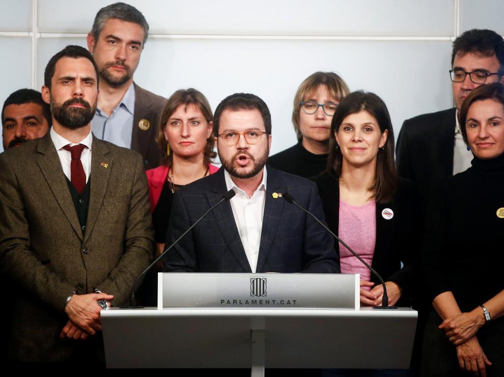 El vicepresidente del Govern y conseller de Economía, Pere Aragonès, acompañado por el presidente del Parlament, Roger Torrent (i) y la portavoz de ERC, Marta Vilalta (2d), durante la rueda de prensa de ERC sobre Junqueras.