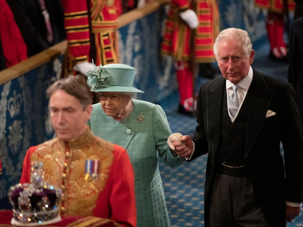 Isabel II, junto a su hijo, el príncipe Carlos, a su llegada al tradicional Discurso de la Reina.