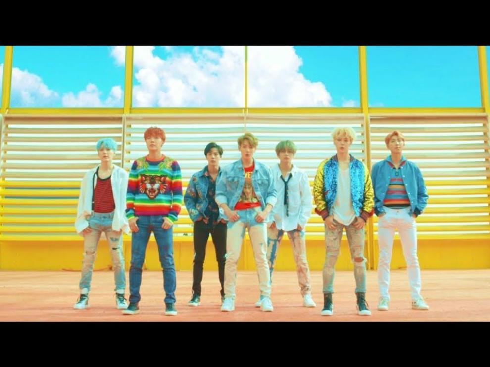 BTS, en un fotograma de su videoclip 'DNA'.
