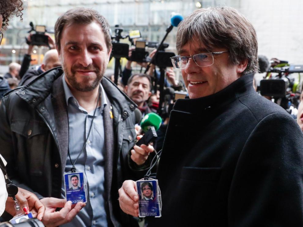 Puigdemont y Comín muestran a la prensa su acreditación provisional como eurodiputados.
