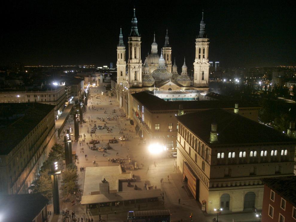 Imagen aérea y nocturna de la plaza del Pilar de Zaragoza.