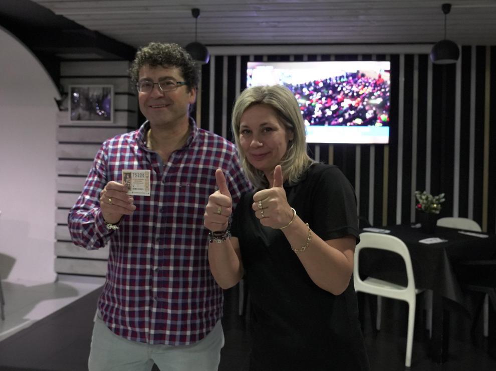 Ana Basile y jose Manuel Ambrosio, con un decimo del quinto premio de la loteria de navidad. Foto Antonio Garcia/bykofoto [[[FOTOGRAFOS]]]