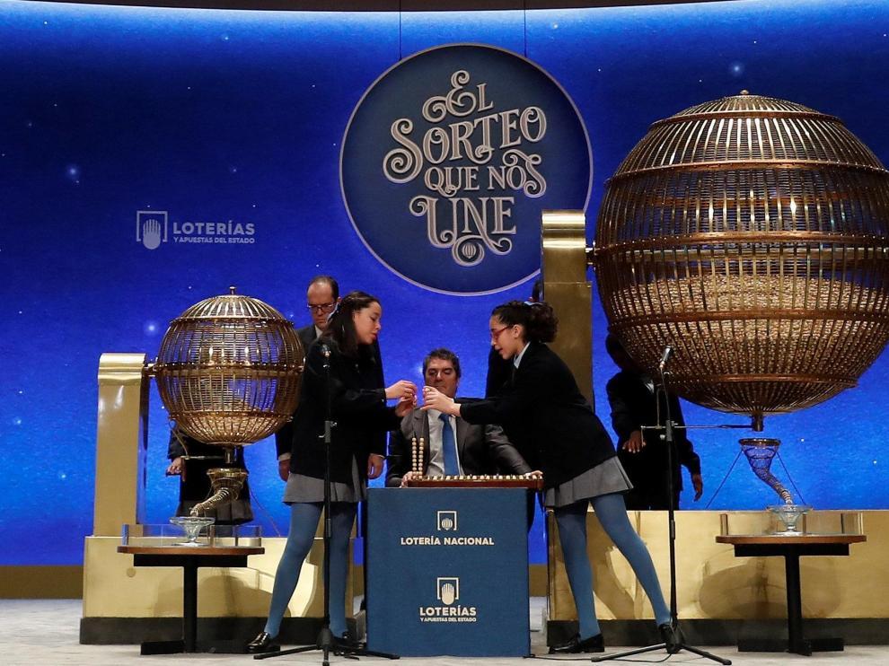 Las niñas de San Ildefonso, en un momento del sorteo en el Teatro Real.