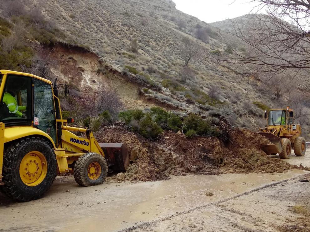 Labores de limpieza de la calzada, este domingo, en el desprendimiento ocurrido a un kilómetro de Villar del Cobo.