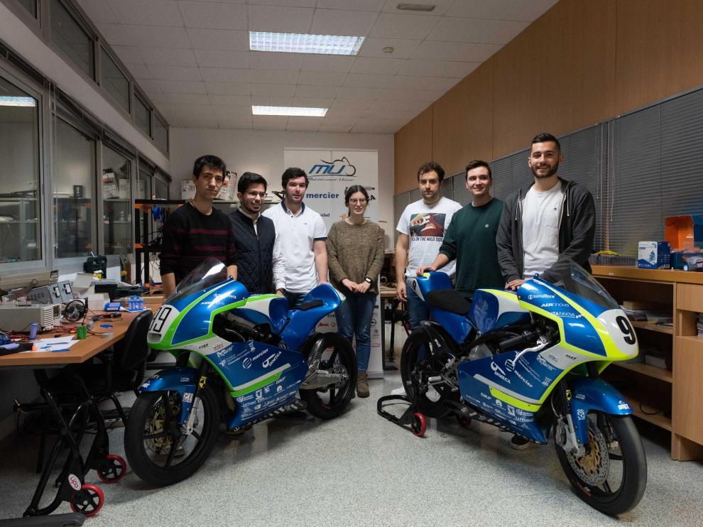 Algunos de los miembros del equipo de la Escuela de Ingeniería y Arquitectura de la Universidad de Zaragoza junto a las motocicletas con las que compitieron en la pasada edición.
