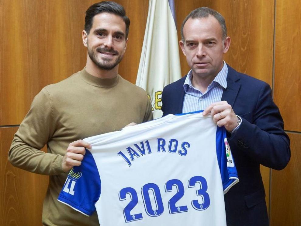 Javi Ros, con el presidente Christian Lapetra, en el acto de la firma de renovación y continuidad del contrato del capitán zaragocista, este lunes al mediodía en la sede del club.