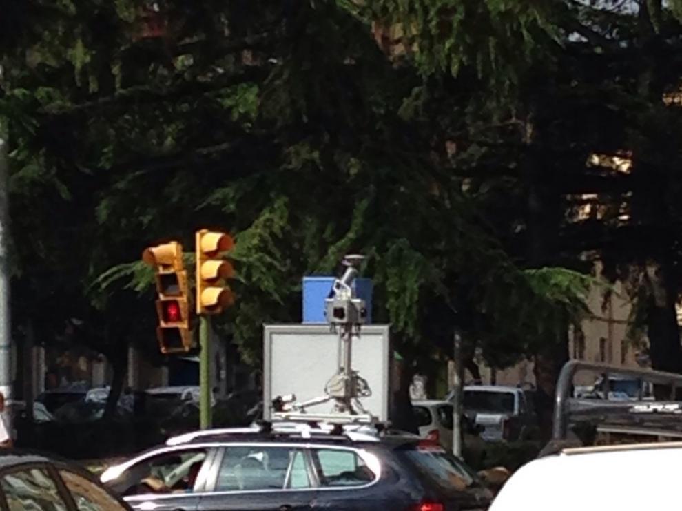El coche de Street View por la calles de Huesca.