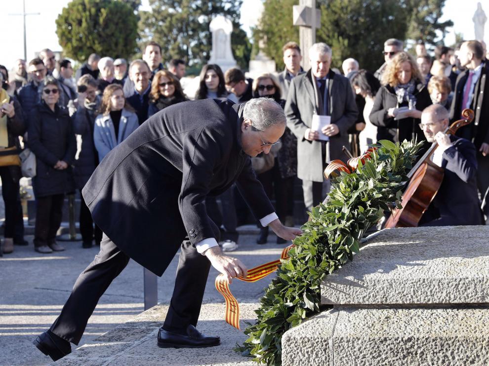 Torra realiza una ofrenda floral en la tumba de Francesc Macià.