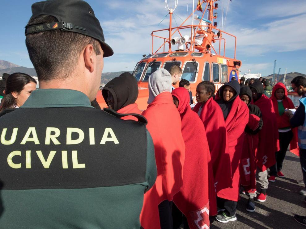 Varios inmigrantes rescatados en el mar de Alborán y trasladados al puerto de Motril (Granada)
