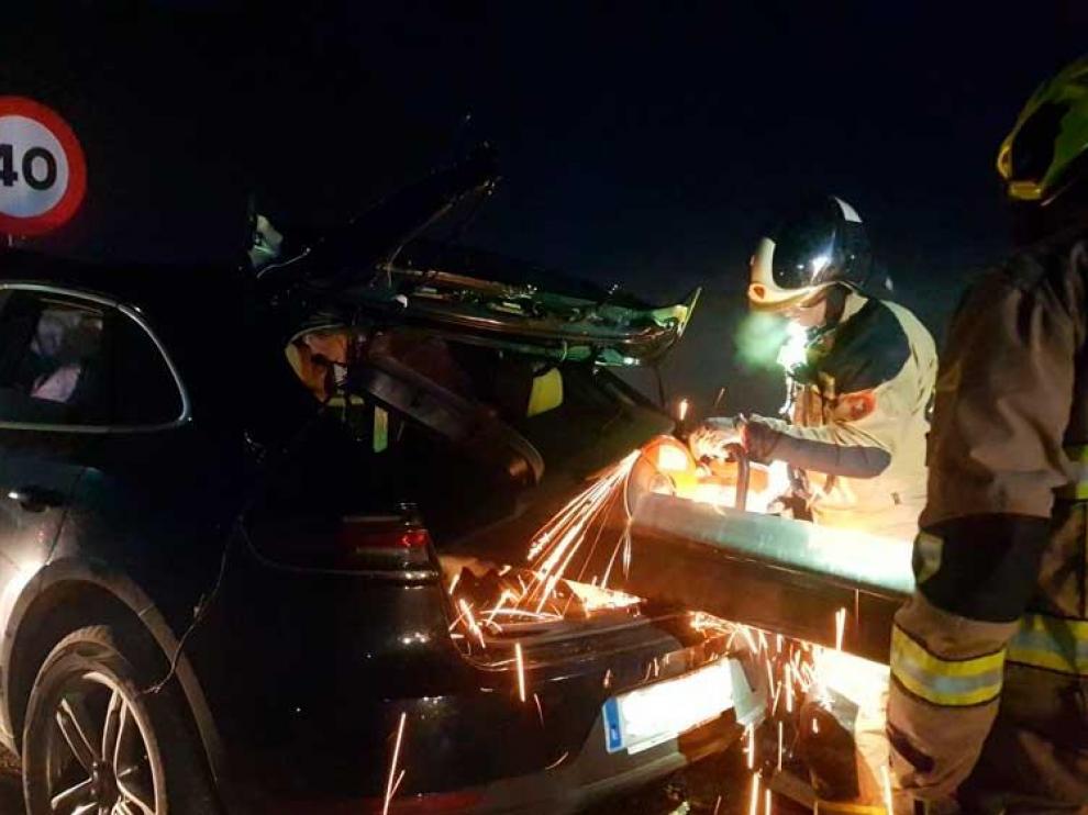 La bionda entró por la luna delantera del vehículo, atravesó el sillón del copiloto y salió por el cristal trasero.