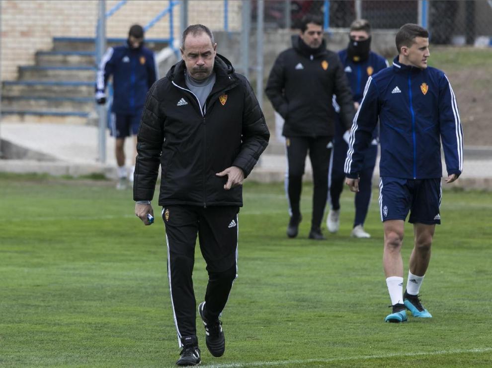 Víctor Fernández, pensativo, en un entrenamiento reciente del Real Zaragoza en la Ciudad Deportiva.