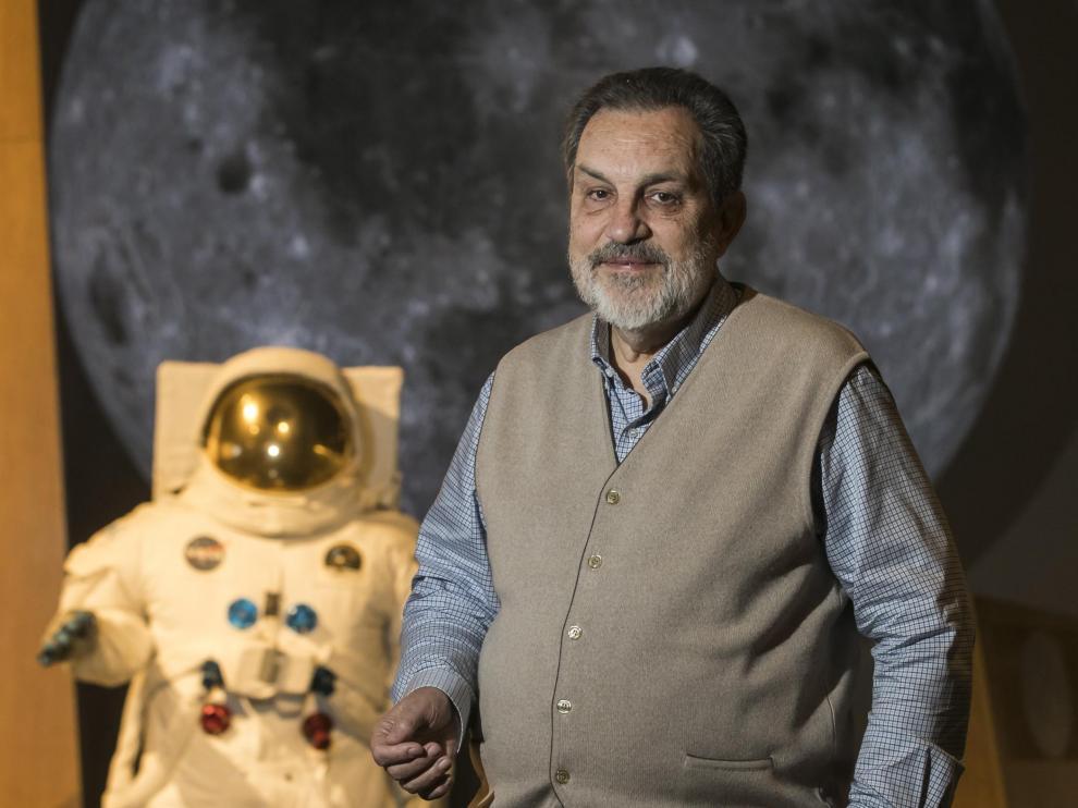 Rafael Clemente, asesor científico de la exposición 'Tintín y la Luna', en Caixafórum Zaragoza.
