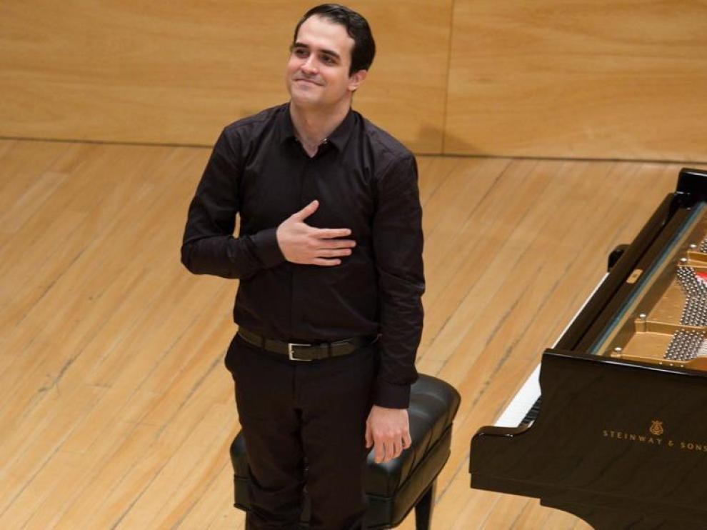 Alberto Menjón, saludando ayer tras su concierto en la sala Luis Galve