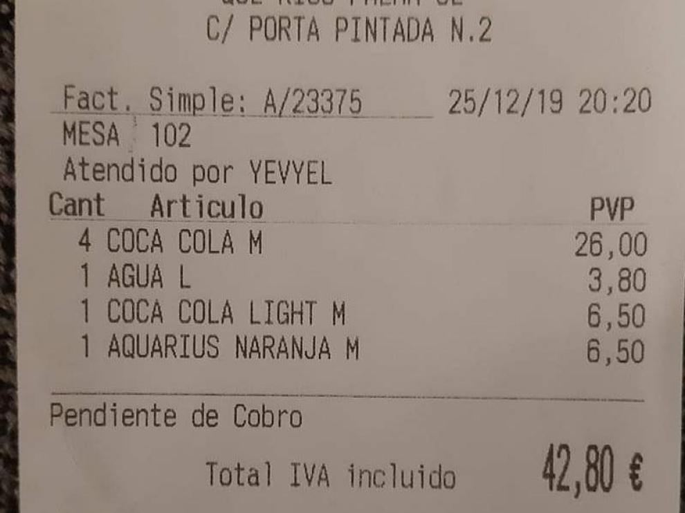 Sablazo navideño en un bar de Palma: 43 euros por seis refrescos y un agua.