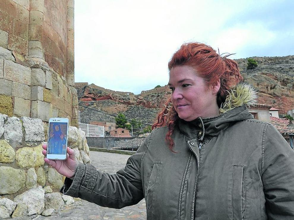 Carolina Julián, frente a la Iglesia de San Juan de Daroca, con el vídeo asociado al templo.