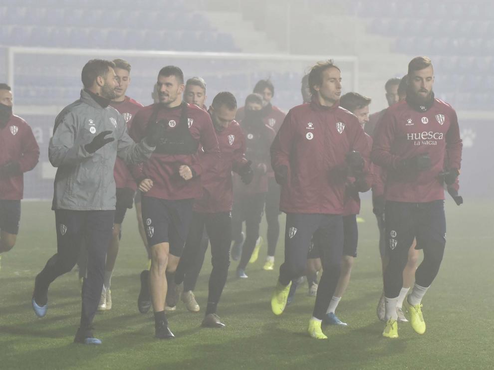 La SD Huesca entrenó en El Alcoraz entre la niebla.