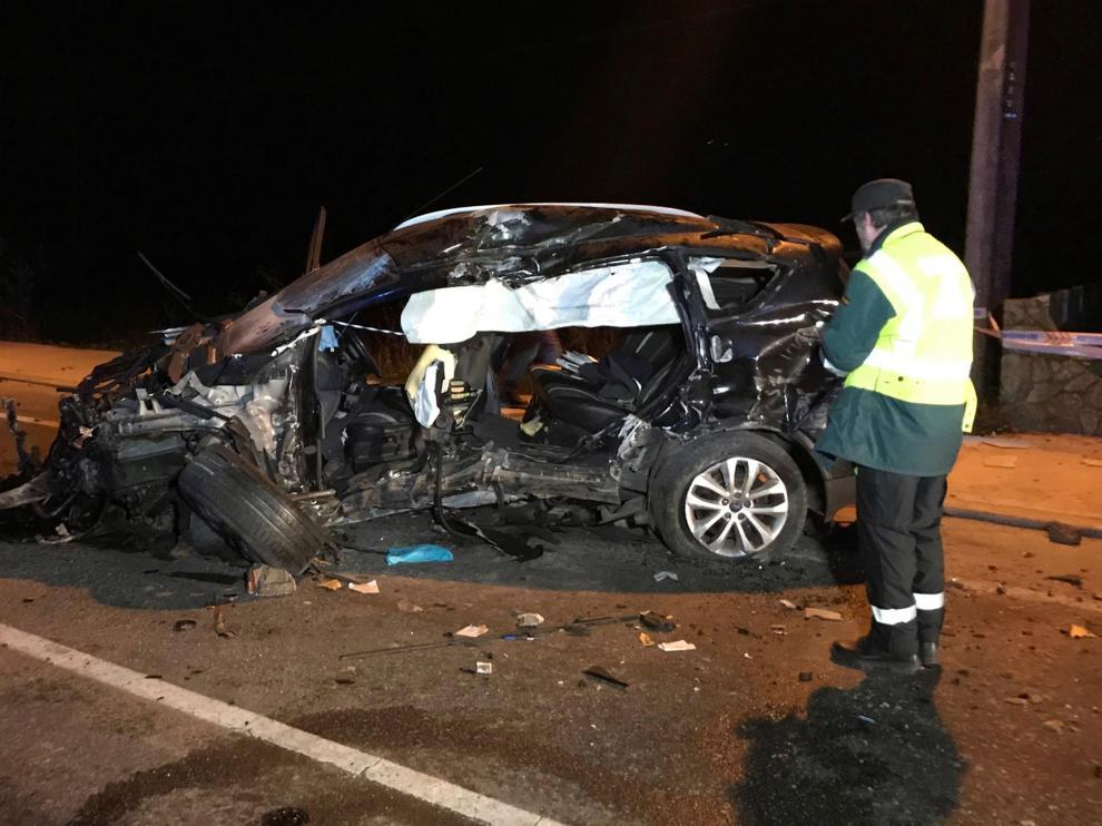 Un joven ha fallecido y otros tres han resultado heridos tras empotrar el coche en el que viajaban contra un muro.