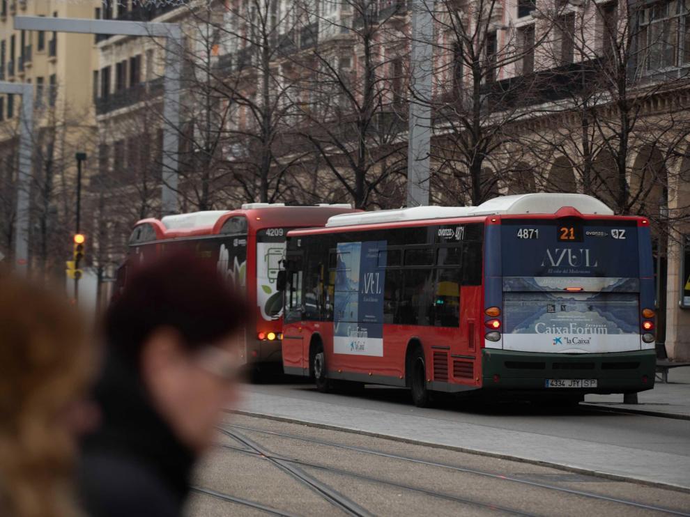 Un autobús de la línea 21, a su paso por el paseo de la Independencia.