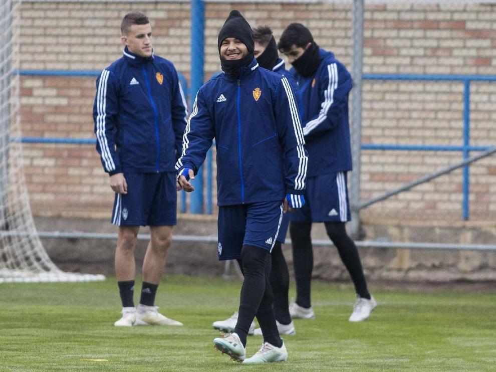 Luis Suárez, en primer término, en el entrenamiento vespertino de este lunes, día de Reyes. Detrás, Nieto, Guti y Clemente.
