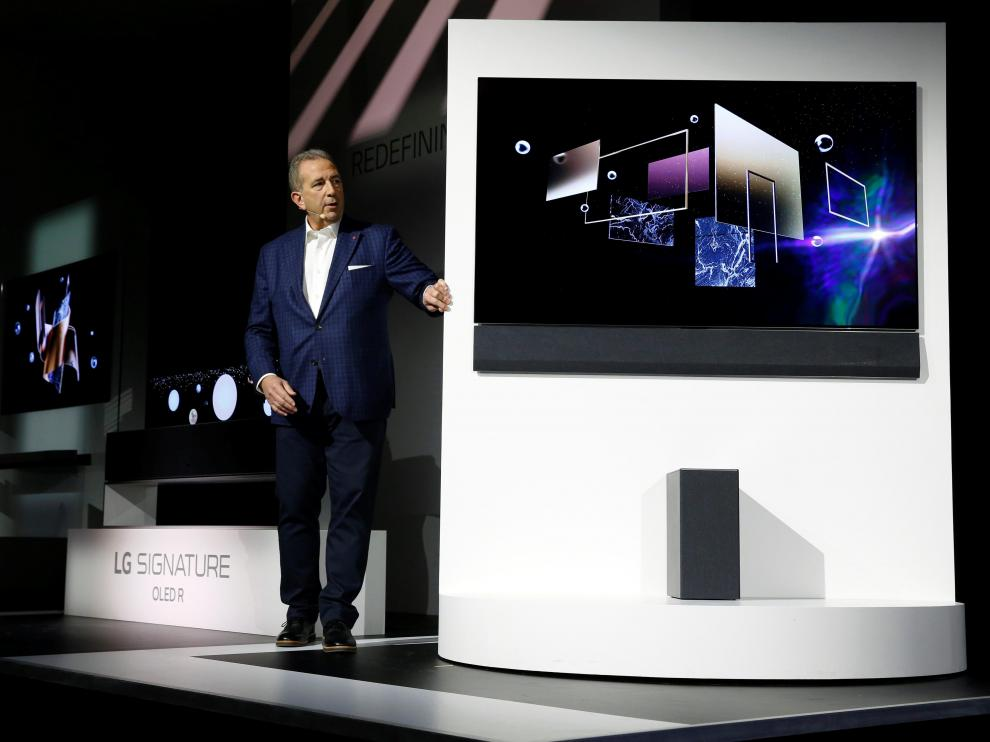 Tim Alessi, head of Product Marketing for Home Entertainment Products at LG Electronics USA, shows off a new LG GX OLED television at an LG Electronics news conference during the 2020 CES in Las Vegas, Nevada, U.S. January 6, 2020. REUTERS/Steve Marcus [[[REUTERS VOCENTO]]] TECH-CES/