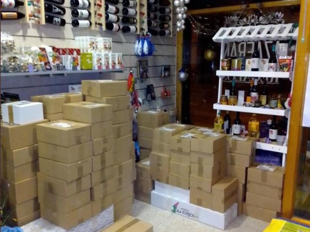 Decenas de paquetes esperan a ser enviados en la sede de Degusta Teruel.