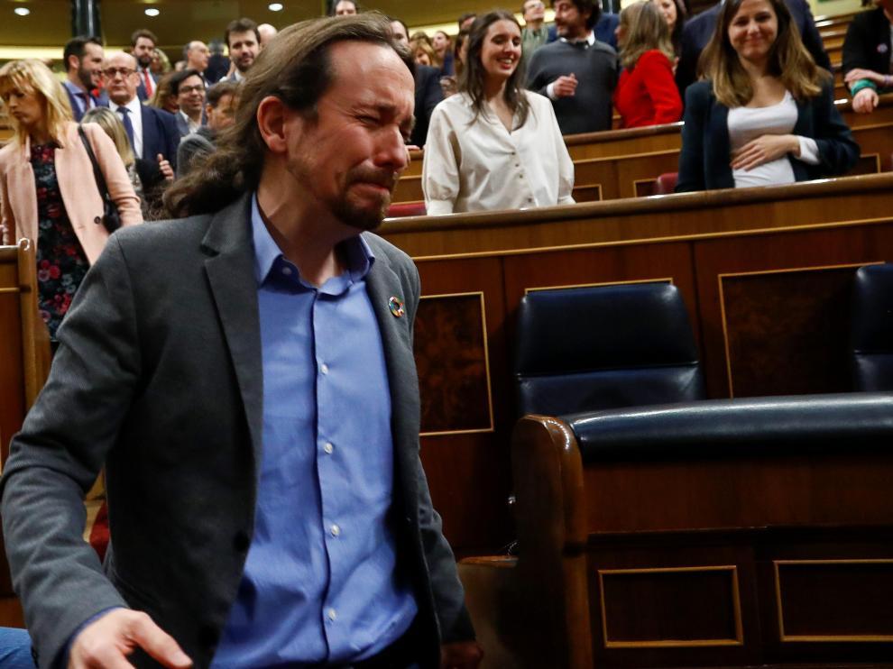 Pablo Iglesias rompe a llorar tras la votación de investidura de Pedro Sánchez.
