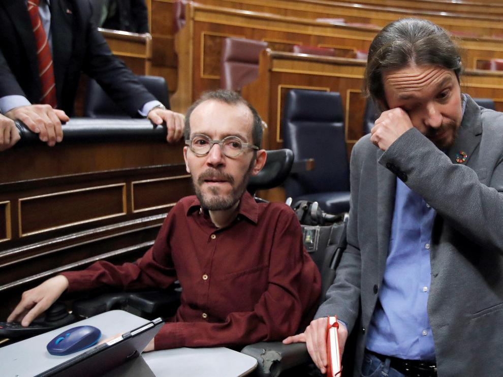 Pablo Iglesias se enjuga las lágrimas junto a Pablo Echenique tras la elección de Pedro Sánchez como presidente