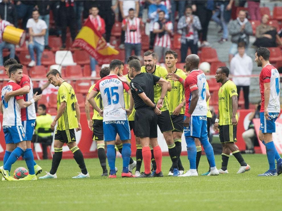 Un lance del Sporting de Gijón-Real Zaragoza de la primera vuelta, jugado en El Molinón el 27 de octubre y que ganaron los asturianos por 4-0.