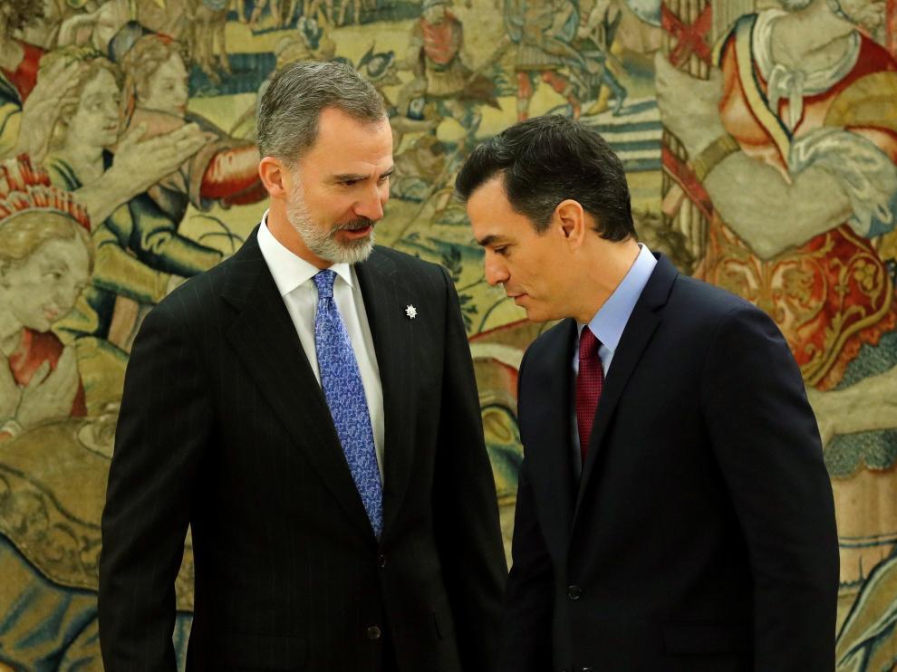 El presidente del Gobierno Pedro Sánchez y el rey Felipe VI tras prometer su cargo esta mañana.