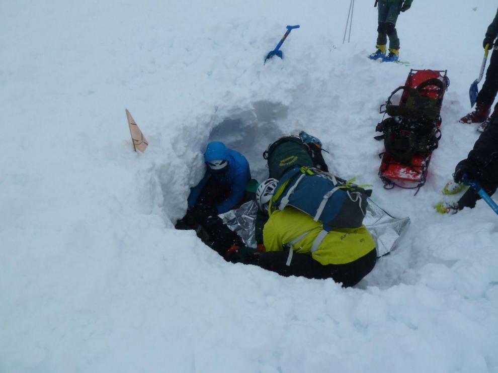 Prácticas de rescate en la nieve realizadas por los alumnos de anteriores ediciones.