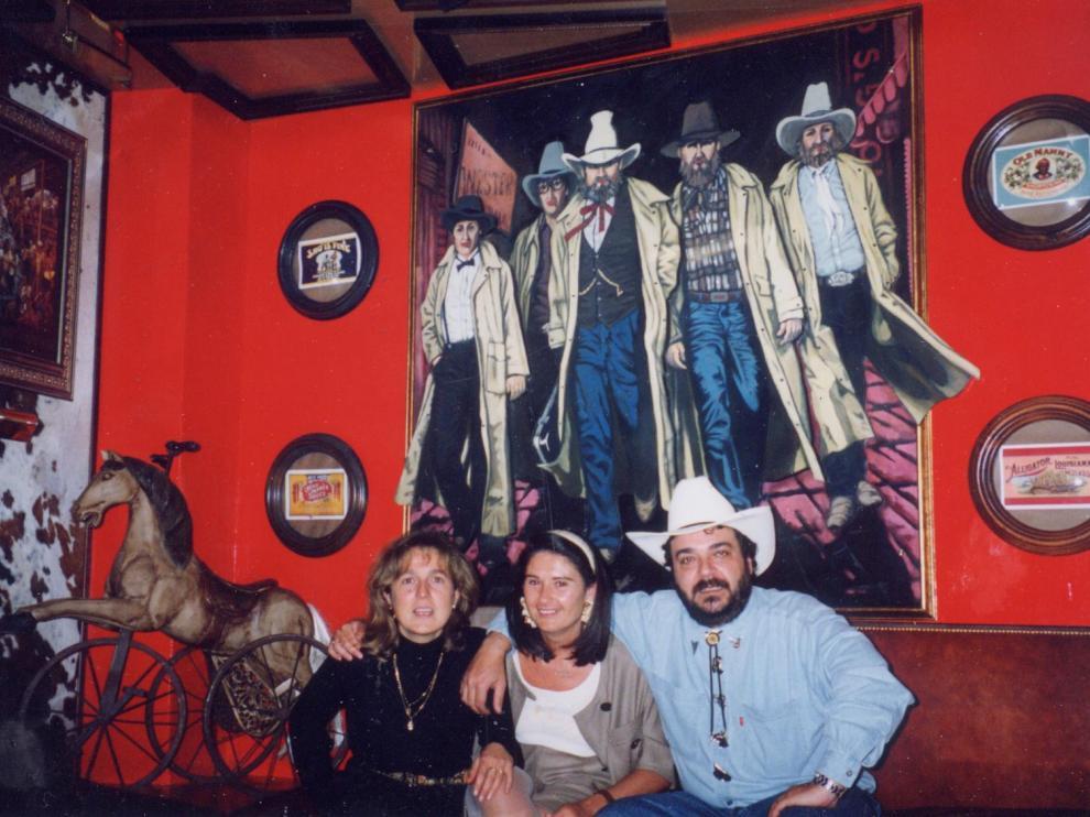Mer Sáenz de Jubera, hermana de Javier, junto a Valentina Miranda y Javier, pareja.