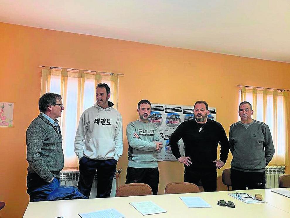 Miembros de UGT, CC. OO. y la plataforma de las subcontratas, ayer en Andorra, ultimando la protesta.