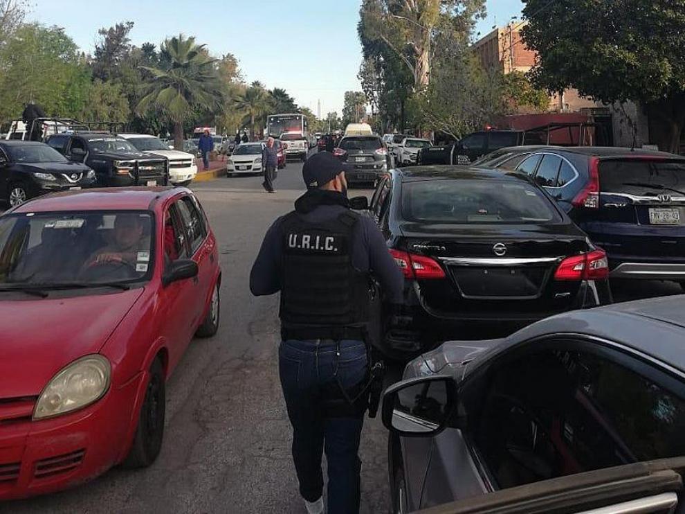 Un policía se acerca al lugar del tiroteo, en la zona del colegio Cervantes.