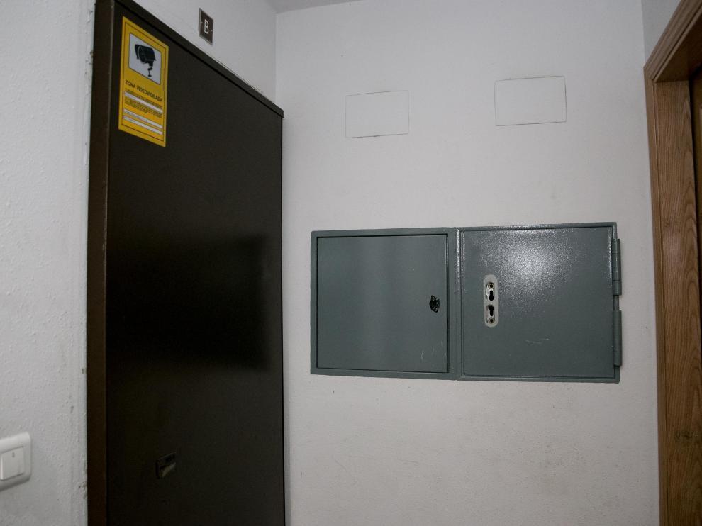 Una puerta antiokupas, con alarma de seguridad, en el barrio de La Jota.