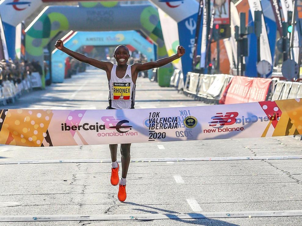 El atleta keniano a su llegada a la meta en Valencia este domingo.