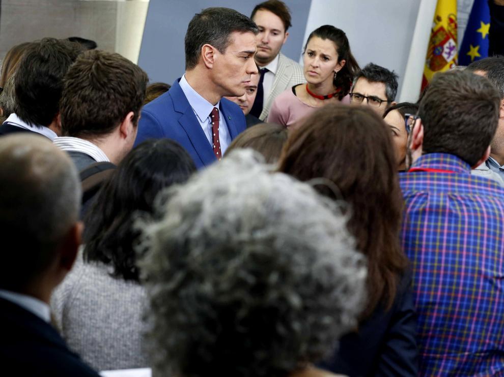 Pedro Sánchez charla con los periodistas tras la rueda de prensa sin preguntas de este domingo.